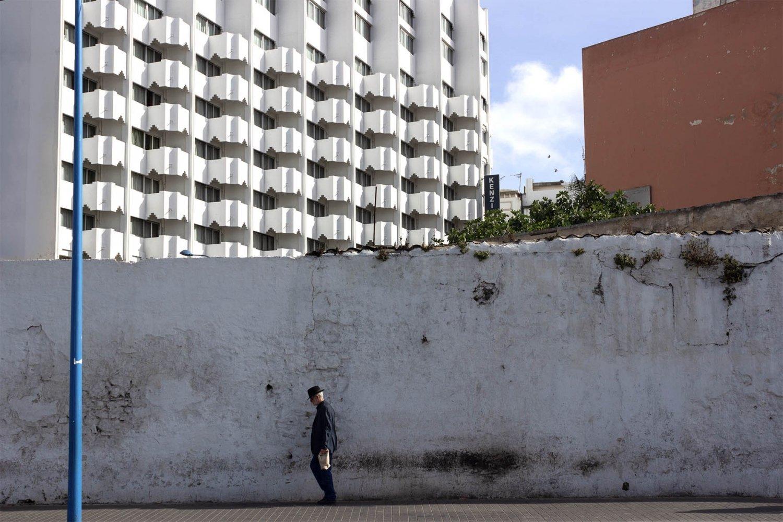 uomo passeggia nel centro della città di casablanca