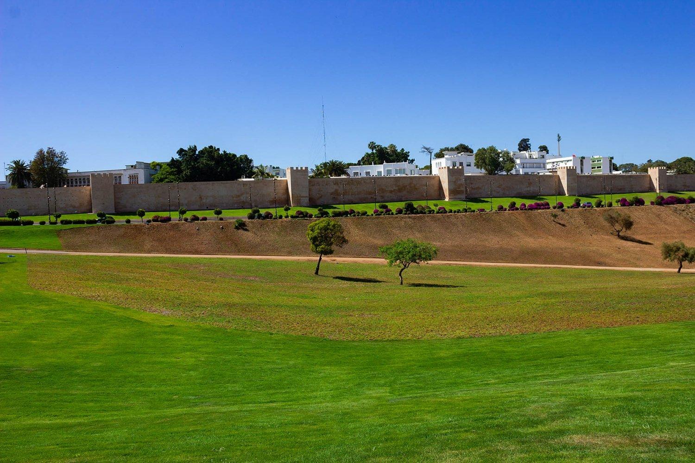Rabat, prato verde con mura della città sullo sfondo