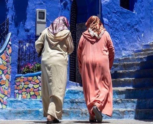 chefchaouen: donne salgono le scale