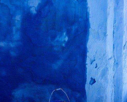 chefchaouen: secchio con colore blu per dipingere le mura della città