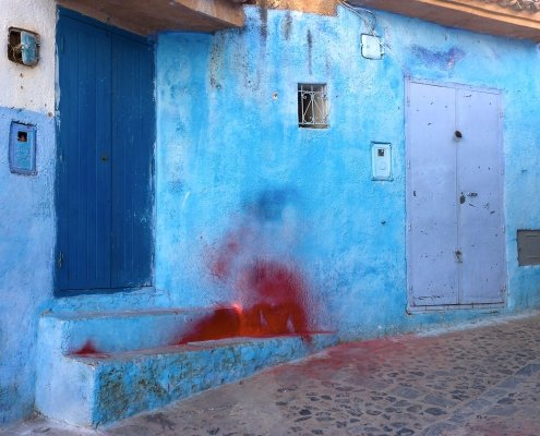 parete blu di chefchaouen sporca di rosso