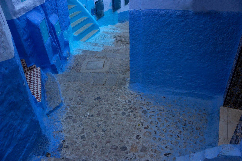vicolo e scale blu della città di chefchaouen