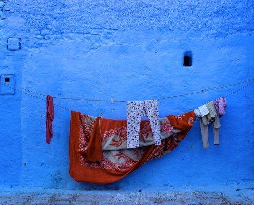 panni stesi su muro blu di chefchaouen