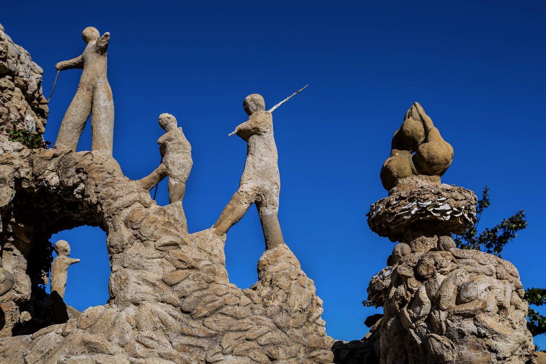 castello ideale tre omini che marciano